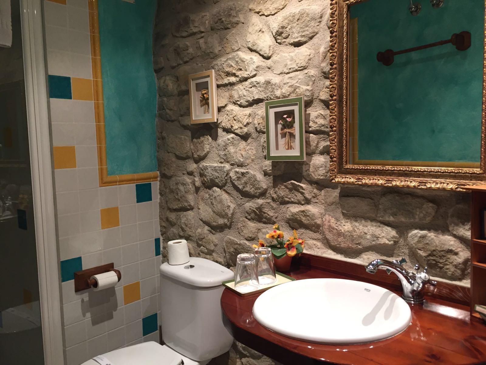 Baño habitación Roca Feliciana Casa del infanzón Sos