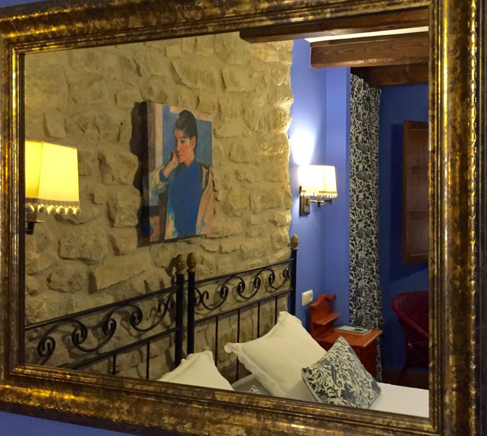 Detalle espejo habitación Roca Feliciana Casa del infanzón Sos